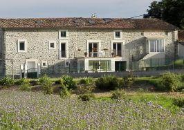 la Maison vue du champs de Facélie en fleurs