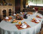 la table des petits dejeuners avec miel et confiture maison