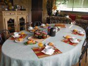 La table des petits déjeuners avec miel et confitures maison