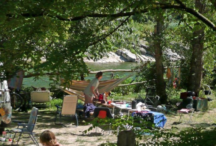 Emplacements du camping en bordure de rivière