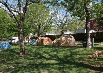 Emplacements du camping au printemps