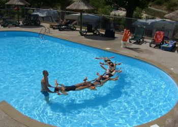 Séance relaxation à la piscine du camping
