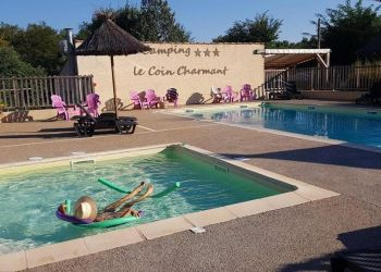The swimming pool of the campsite Coin Charmant in Ardèche